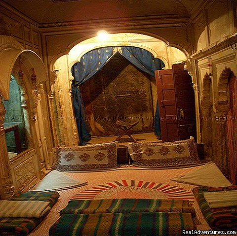 Painted Room with curtains & Beds - HAVELI Hotel SURAJ