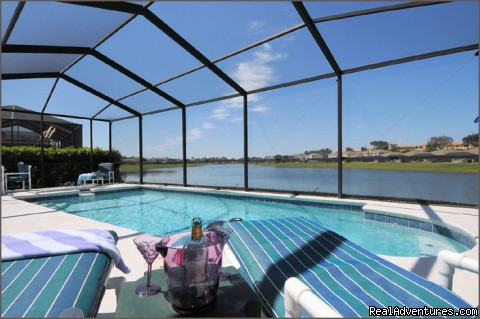 Stunning Lakeside Villa, 4 Miles to Disney