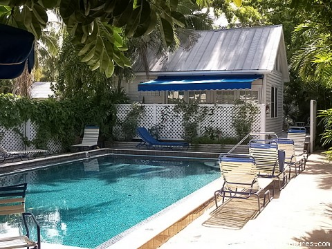 Key West Oasis 2 block walk to Duval Street: on site pool