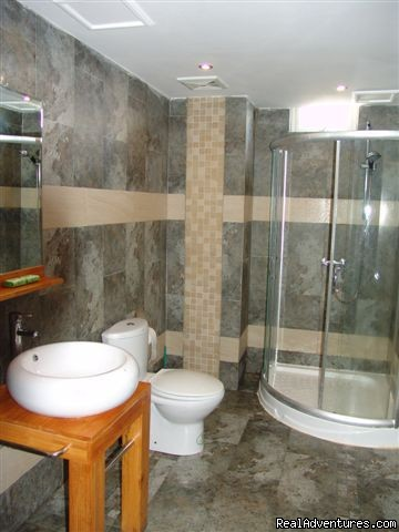 Villa Narmada Bathroom 2 BD apt - Selfcatering luxuous hotelrooms near the beach