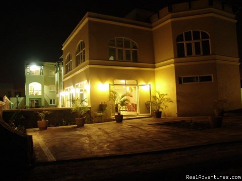 Villa Narmada Ext at night2 - Selfcatering luxuous hotelrooms near the beach
