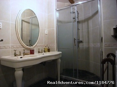 L'appartement du Chateau en-suite shower room - There is a little bit of magic in the Cabardes
