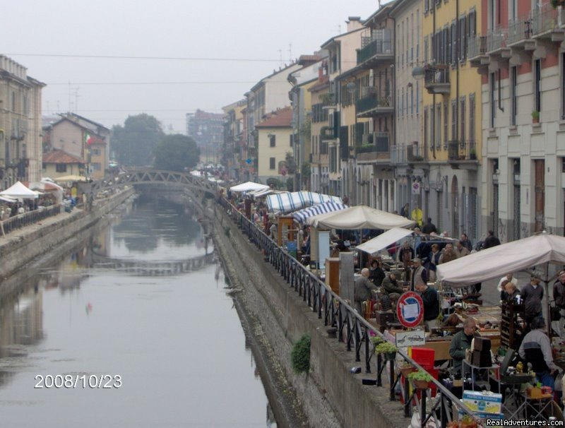 On October 26th I have visited Naviglio Grande open air antique market, one of the most romantic corner of Milan.