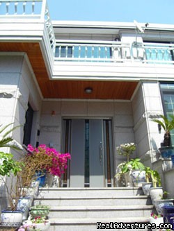 Hostel Seoul Korea front entrance - Hong Guesthoue In Korea