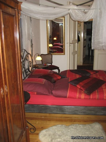 Guestroom, view to the entrance from the hall - Romantic Getaway with Four-Poster Bed in Berlin
