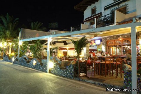 yianna hotel night time - fantastic family holidays at Hotel Yianna Agistri