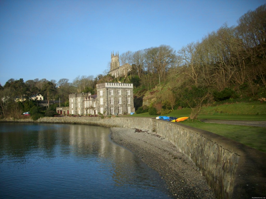 The Castle, Castletownshend, set in its own extensive grounds by the water's edge, has b&b accommodation with sea views and a self catering apartment which sleeps up to 4. Self catering cottages and houses for 2 - 10 people nearby.