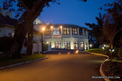 Ballyroe Heights Hotel at night - Ballyroe Heights Hotel