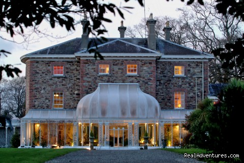 Marlfield House Hotel: Conservatory at night