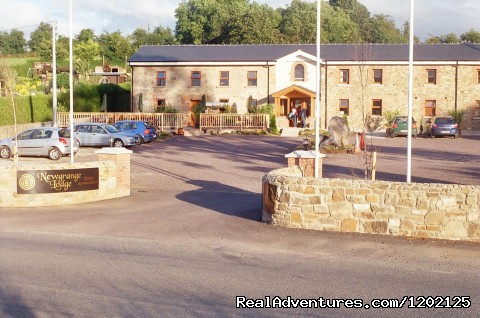 Newgrange Lodge: Front Drive View