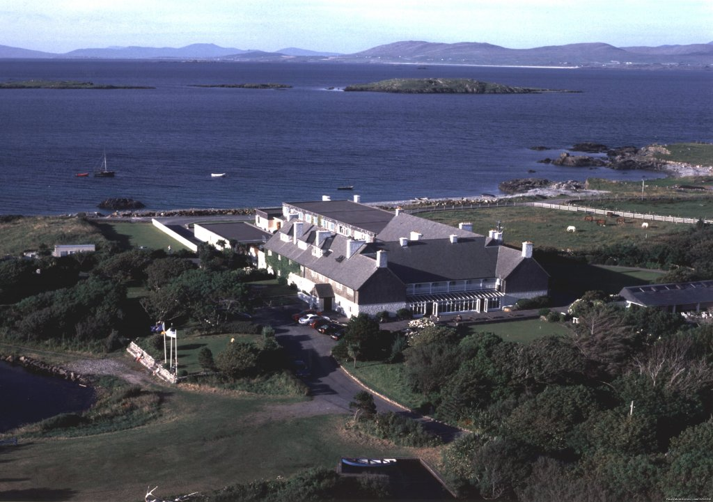 68 Bedroom, family run, four star, country house hotel & Resort set in Connemara on the shores of the Atlantic Ocean and nestled between mountains, lake and sea. Noted for it's award winning restaurant, friendly atmosphere and excellent service.
