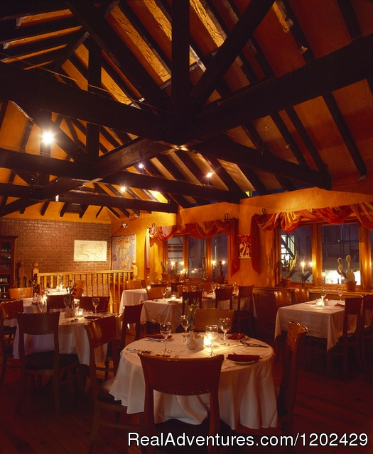 Mother Reilly's - Restaurant at night - Uppercross Hotel