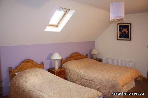 twin bed room - Ash Cottage for historic,sporting or shopping.