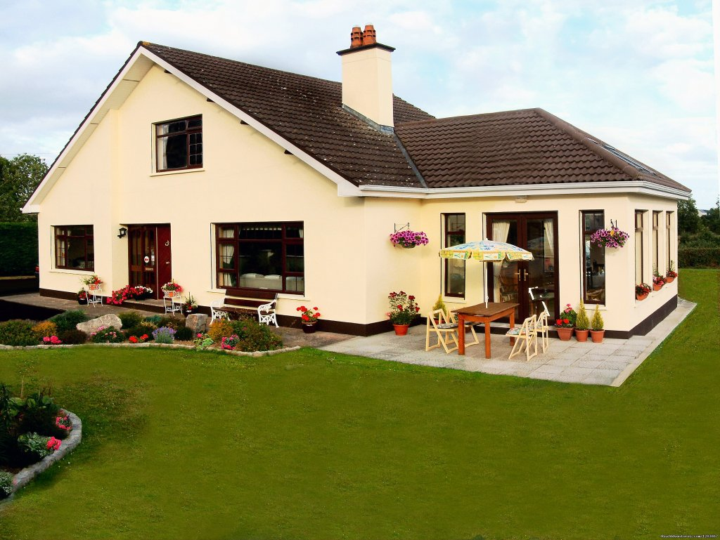 Comfortable spacious home in Ballycommon Village, on the outskirts of Nenagh, on R495 to Dromineer Bay Lough Drerg.