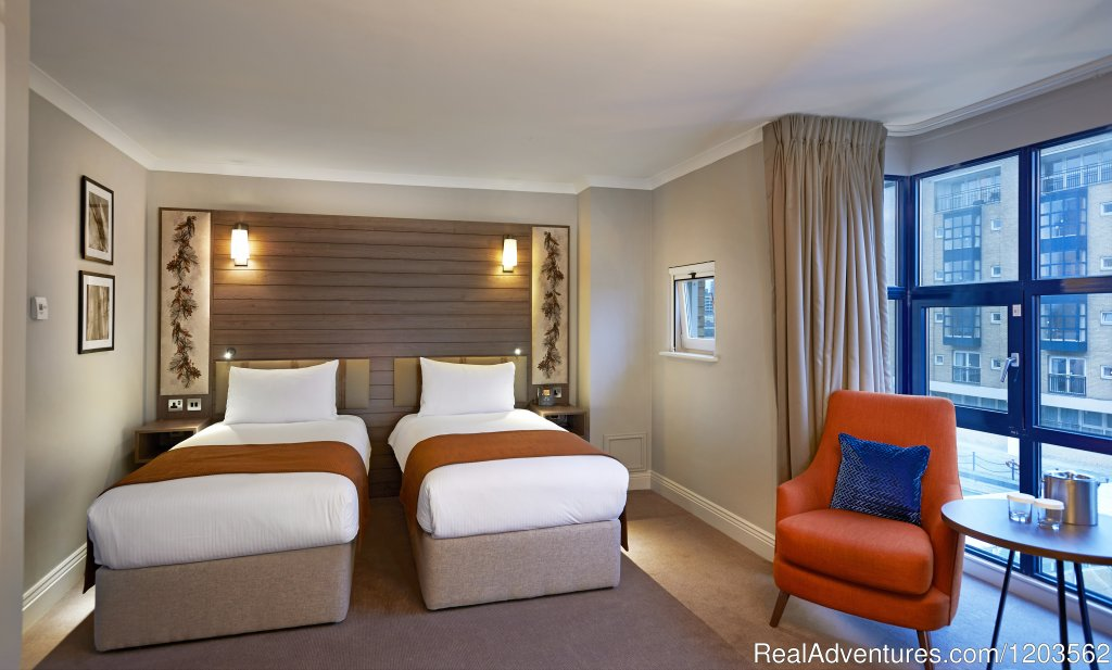 Twin Deluxe Room | Image #10/25 | DoubleTree by Hilton London - Docklands Riverside