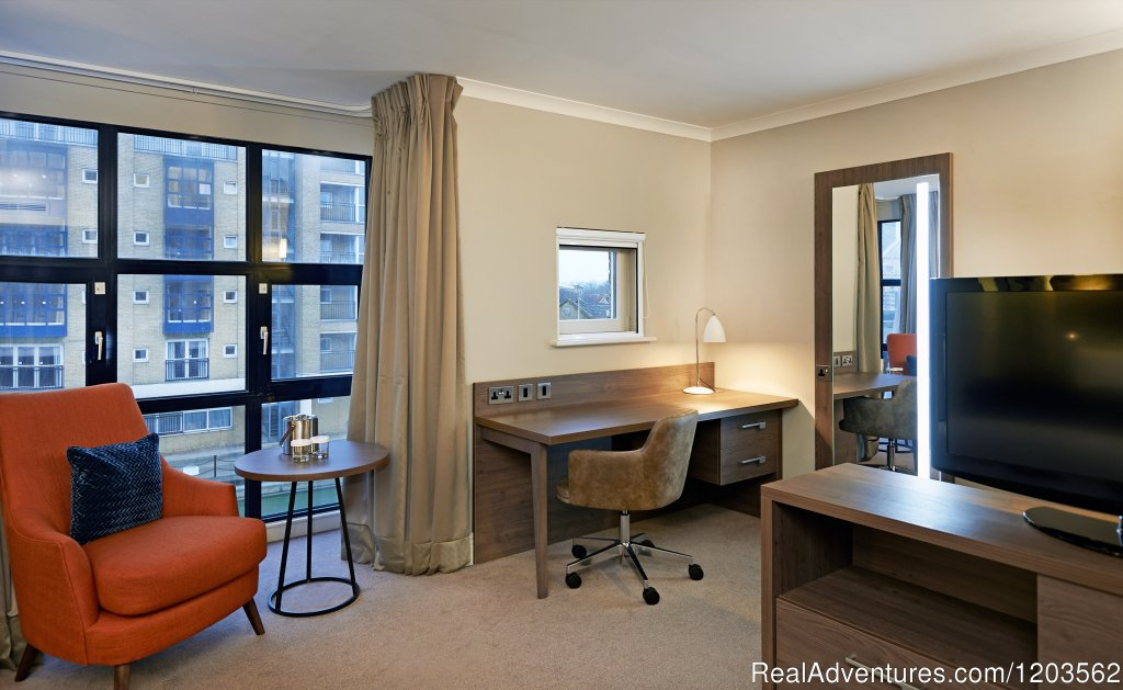 Twin Deluxe Room | Image #16/25 | DoubleTree by Hilton London - Docklands Riverside