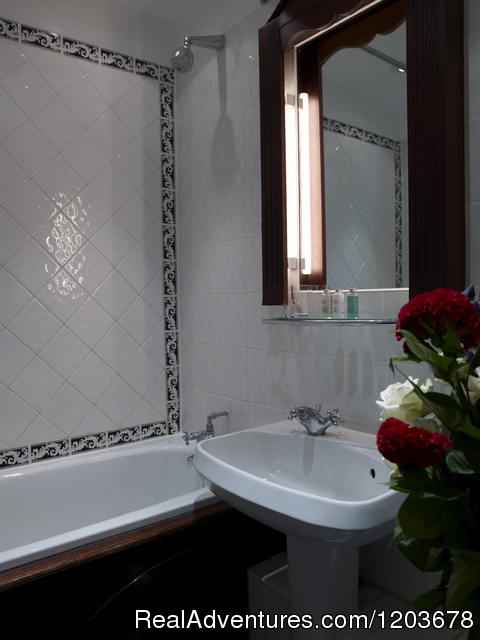 Standard bathrooms - London Lodge Town House Hotel