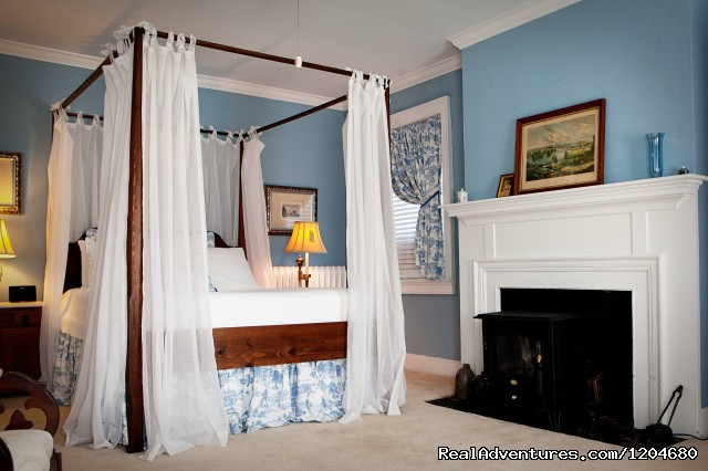 Holladay House B&B, Blue Room - Wine and History Escapes at a Virginia B & B