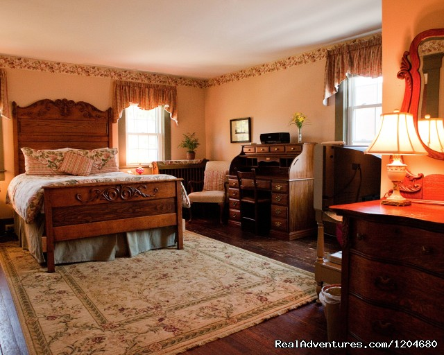 Holladay House B&B, Oak Room - Wine and History Escapes at a Virginia B & B