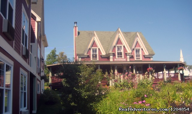 Lynwood Inn's lush garden - Accommodation in the heart of Baddeck