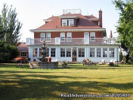 Enjoy the beautiful suites with private bathrooms & jacuzzi tubs or the spacious, rooms at this historic Moose Jaw Bed and Breakfast.  The views of the Moose Jaw River valley & the City of Moose Jaw from Wakamow Heights are breathtaking.