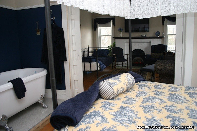 Executive Jacuzzi Suite | Image #4/5 | Wakamow Heights Bed & Breakfast