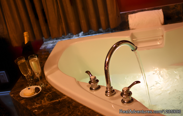 Champagne bubbler massage tub for two - Sheridan House