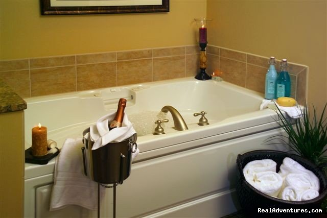 Whirlpool jet tub and Champagne | Image #4/15 | The Jefferson Street Inn - Comfortable Elegance!