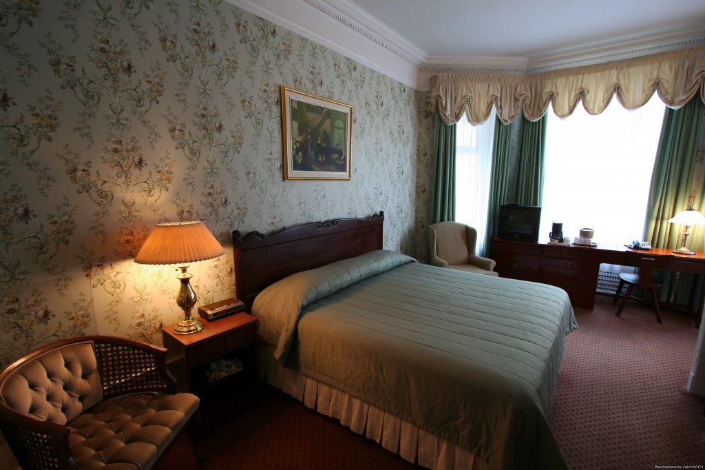 Located in the heart of Old Quebec, Le Château de Pierre is a small hotel recognized for its English Colonial style. The 15 rooms follow the rich and warm styling of the early 1900's.