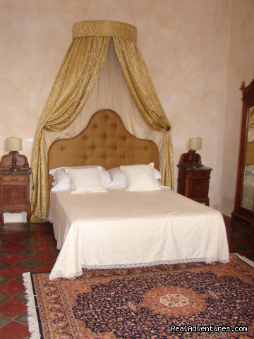 bedroom - Romantic hideaway at Villa Magnolia Italy