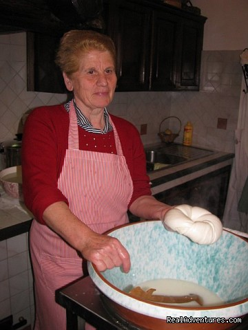 Mozzarella making by handfrom Rosa - Cook in italy
