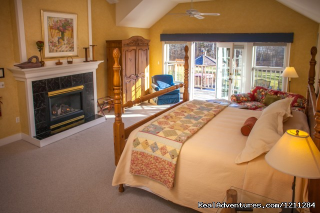 Cozy mountain view room with fireplace - Getaways for Foodies - Red Clover Inn & Restaurant