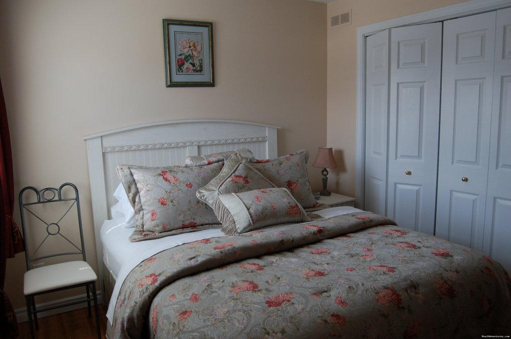 The Meadow queen bedroom with private bathroom. | Image #4/19 | Warm english hospitality at Coverdale B&B
