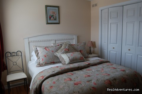The Meadow queen bedroom with private bathroom. - Warm english hospitality at Coverdale B&B
