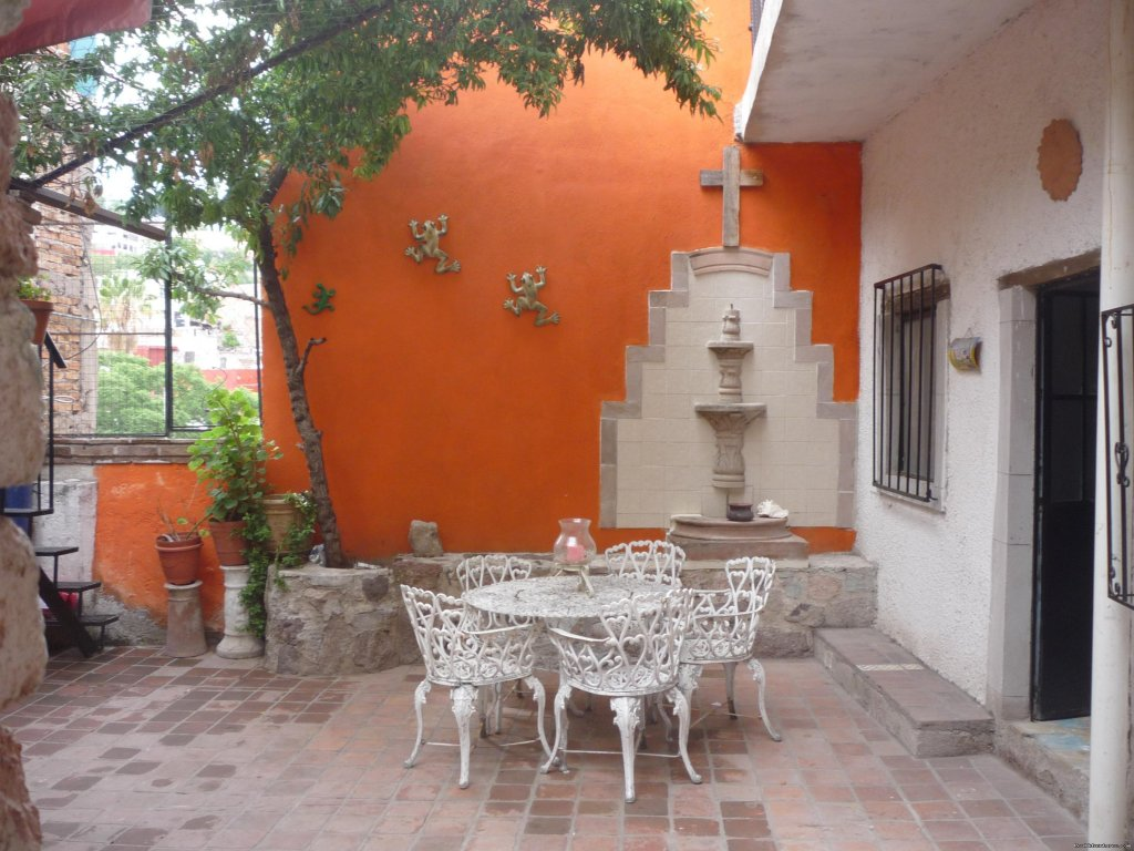 Few steps from Univerisity of Guanajuato and Jardin Union, in a very safe area. This house is ideal for foreing students or vacation.