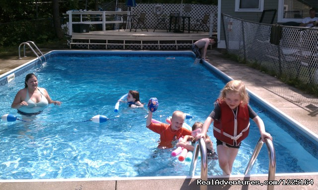 Family time at the pool! - Cozy Inn-Lakeview House & Cottages in Weirs Beach