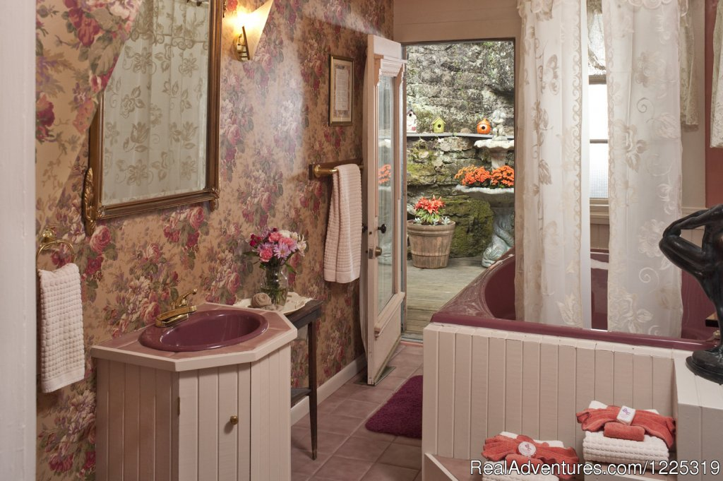 Sarah Bernhardt's bathroom with jacuzzi for 2