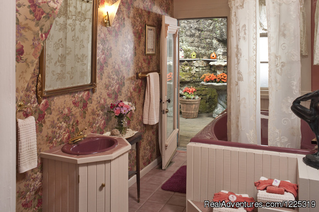 Sarah Bernhardt's bathroom with jacuzzi for 2 - Cliff Cottage B&B Luxury Suites/Historic Cottages
