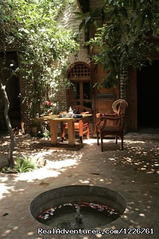 sitting area in the courtyard  - Vivons heureux, vivons Hidden