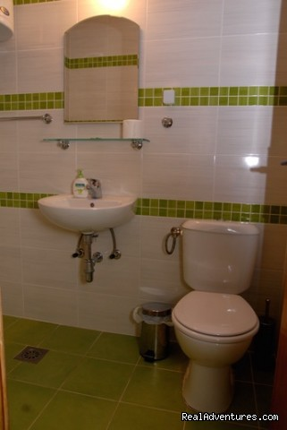 Green room's bathroom - Comfortable budget accommodation in Bitola