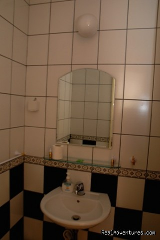Violet's room bathroom - Comfortable budget accommodation in Bitola
