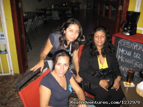 Trs Bonita Chicas - Backpackers Hostelling Center & Champ's Sports Bar