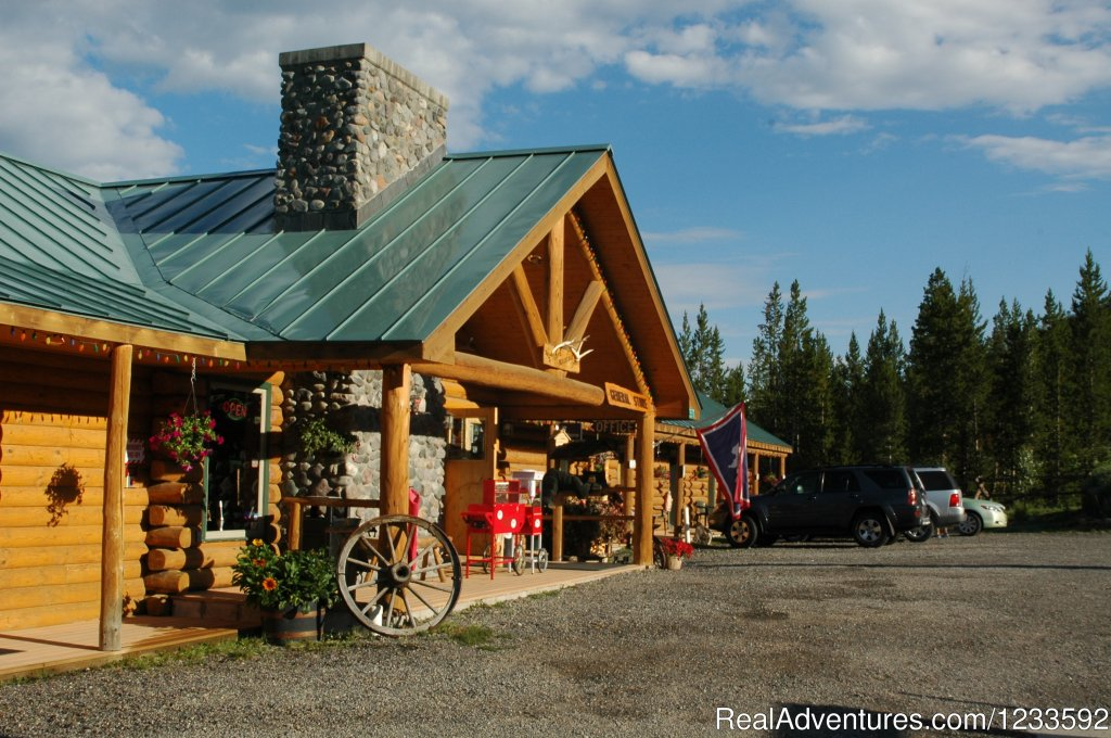 Your Yellowstone Park headquarters is located inside the 1st National Forest, the Shoshone National Forest. Just a short scenic drive to Yellowstone via Grand Teton National Park. A quiet stay in the forest with easy highway access.
