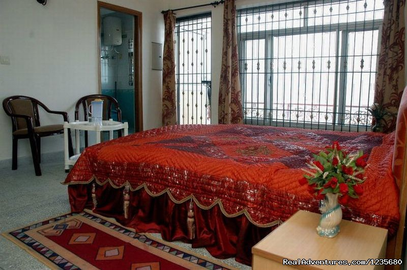 Deluxe Twin Bed Room | Image #10/16 | Aapo Aap Home Stay (B&B), Shimla-India