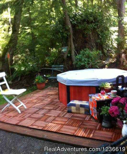 Hot tub - Purple Cottage Studio with Hot Tub on Whidbey