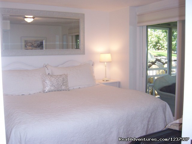 King Bedroom With Lovely Woodsy View - Kayaking & Much More... At Waters Edge Beach House