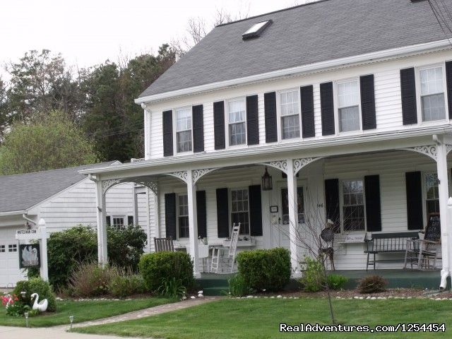 Farmhouse Inn Front view - Experience New England Charm @ White Swan