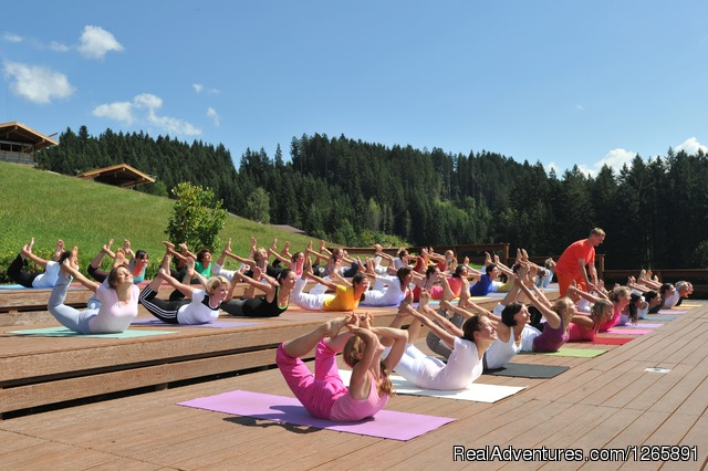 Afternoon yoga class on the cedar platform - Yoga vacations at the Sivananda Yoga Retreat House