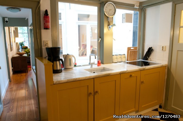 'Canal View' apartment kitchen - Amsterdam Canal Apartments
