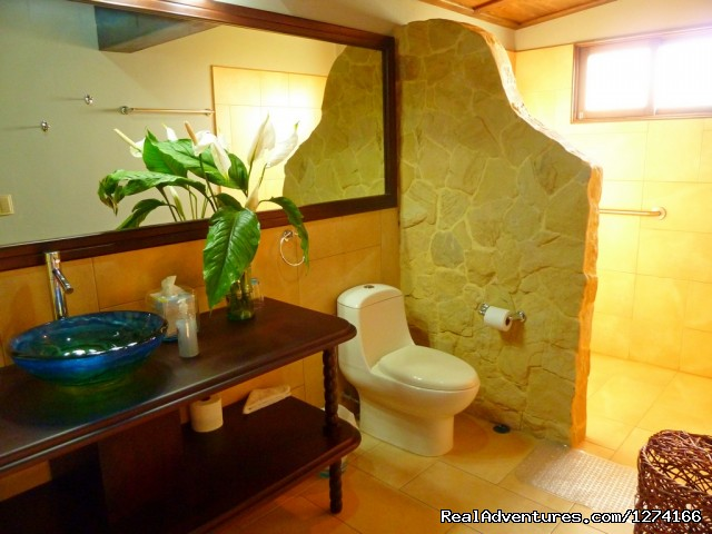 Poas Bathroom - Finca Vibran B&B- On the slopes of Poas Volcano